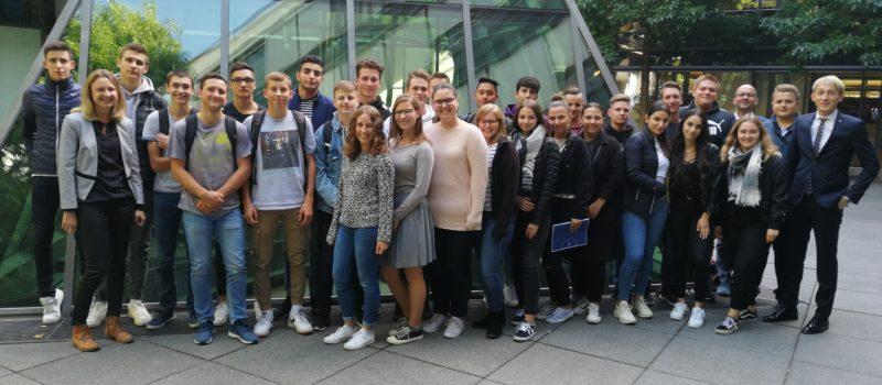 Unsere zukünftigen AbiturientInnen erleben im Landtag Politik hautnah